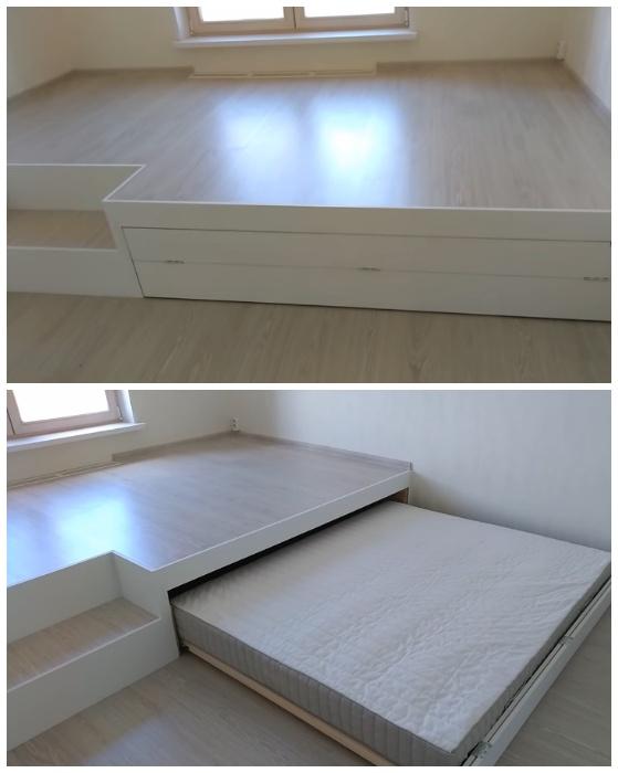 Под подиум можно спрятать и кровать. | Фото: youtube.com.