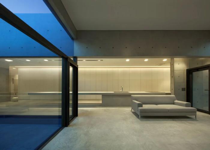 Внутреннее пространство «House in Shime»  имеет несколько совмещенных зон (Фукуока, Япония). | Фото: designboom.com