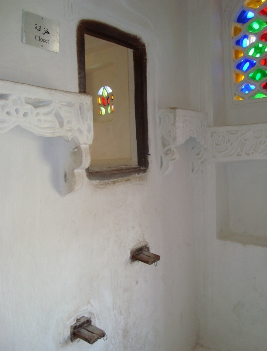 Выдвижные ступени лестницы ведут в один из туалетов замка («Dar al-Hajar», Йемен). | Фото: turbina.ru.