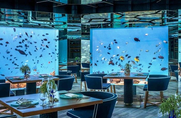 В словаре действительно недостаточно слов, чтобы описать изменчивую красоту Sea Underwater Restaurant (Мальдивы). | Фото: vogue.ua.