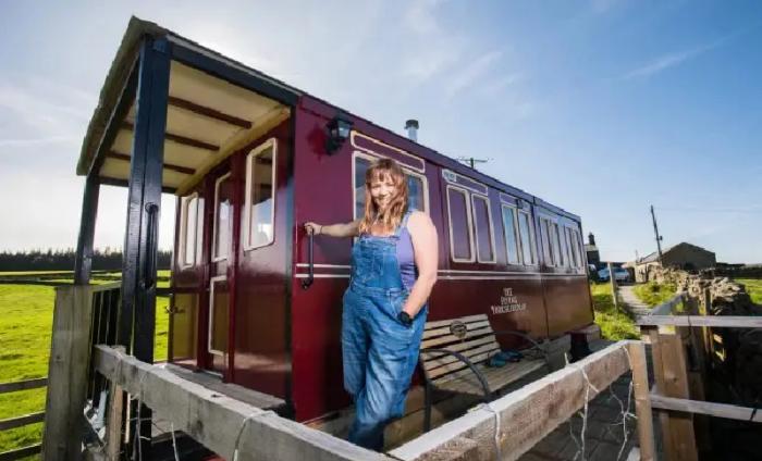 Креативной британке понадобилось три месяца на создание копии старинного вагона («Flying Yorkshireman», Харрогейт).   Фото: nastroy.net./ youtube.com/ © Caters Clips.