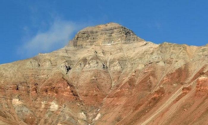 Гора Пирамида, возле которой построили одноименный поселок и угледобывающую шахту (Архипелаг Шпицберген).