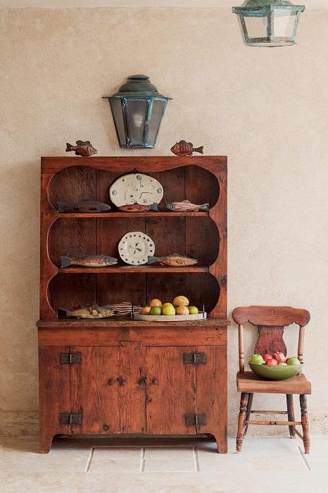 Старинная монастырская мебель, привезенная из Сен-Барта.   Фото: Тьяго Молинос (Tiago Molinos).