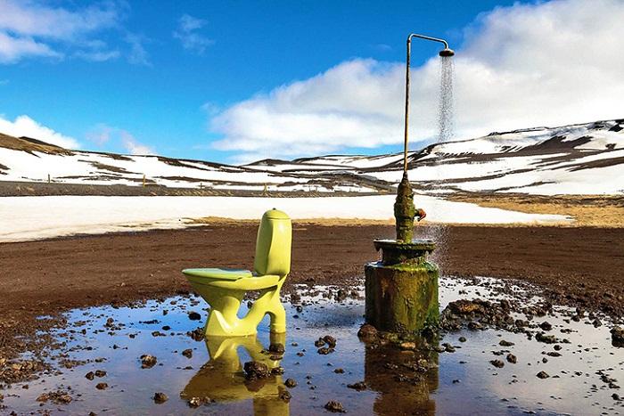 Общественный туалет под открытым небом возле геотермальной электростанции Крафла в Исландии. | Фото: bigpicture.ru.