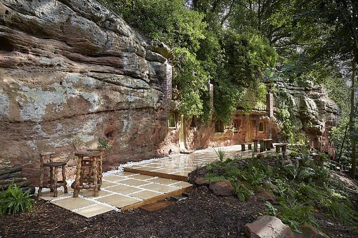 На открытой террасе, в тени вековых деревьев, установлена великолепная мебель ручной работы.