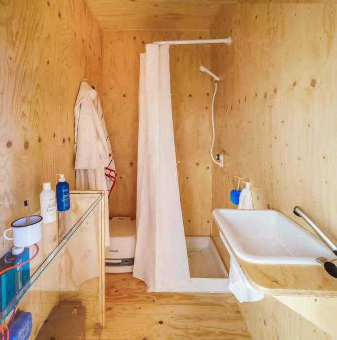 Обустройство ванной комнаты в автономном мини-доме Gaia.   Фото: newatlas.com.