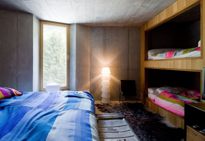 Одна из спальных комнат нетривиальной виллы, расположенной под землей (деревня Вальс, Швейцария). | Фото: fotos.habitissimo.com.br.