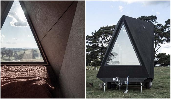 Спальная зона расположена у треугольного окна в конце микро-домика на колесах («Base Cabin», Мельбурн). | Фото: dezeen.com/ newatlas.com.