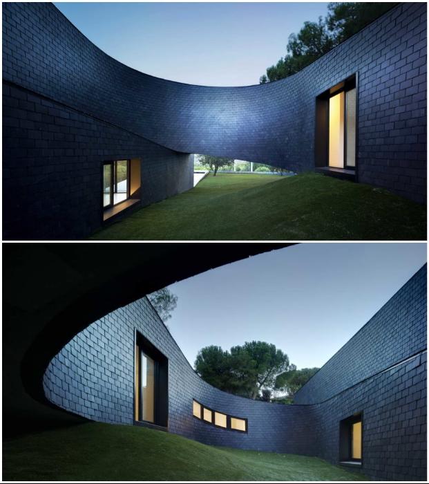 Дом, изогнутый в виде петли позволил организовать внутренний двор, скрытый от окружающих (пригород Мадрида, Испания).