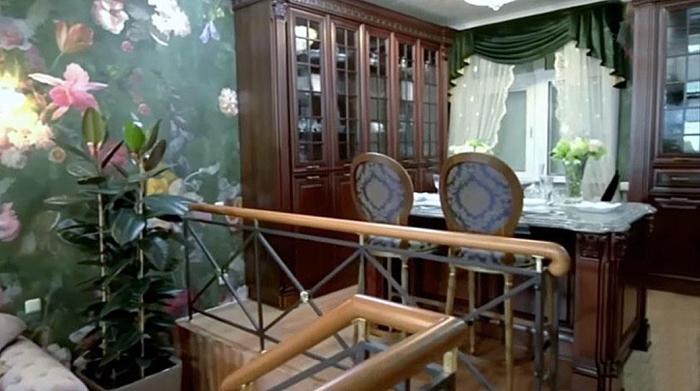 Кухня находится на разных уровнях и это позволило организовать сразу несколько зон. | Фото: lady.mail.ru.