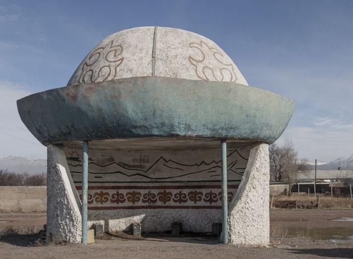 Красота народных традиций нашла свое отражение и в оформлении автобусной остановки возле города Балыкчы (Кыргызстан). © Christopher Herwig.