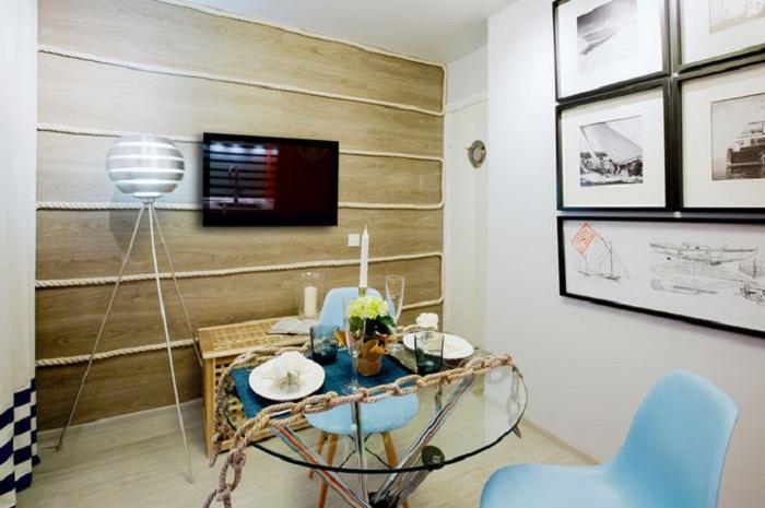 Столовая зона обновленной кухни, созданной в морском стиле.