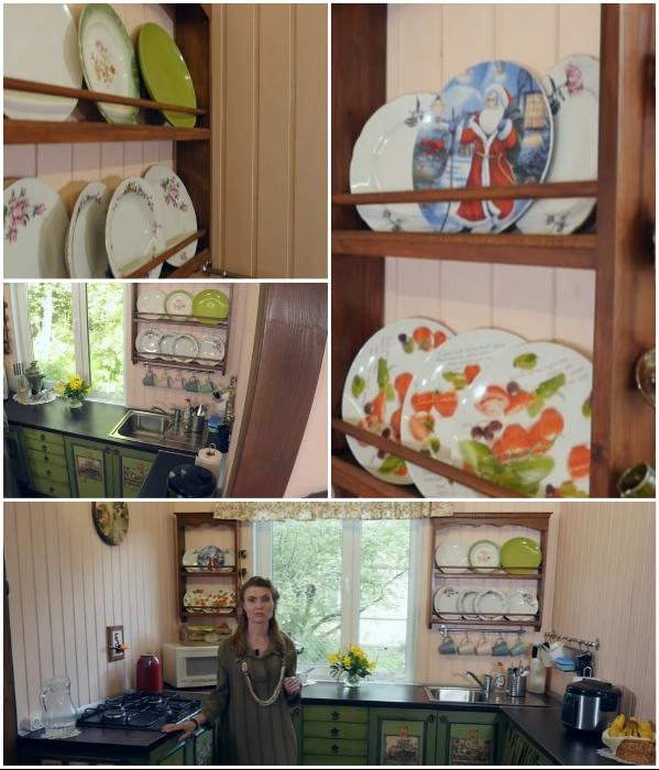 Две открытых полки креативный владелец сделал собственноручно. | Фото: youtube.com/ © Новая Кухня Натали Нуво.