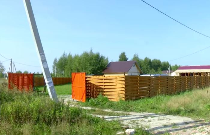 Участок в 11 соток Инна Крылова огородила сама, используя лишь собственные силы, киянку и строительный уровень. | Фото: youtube.com/ © FORUMHOUSE.