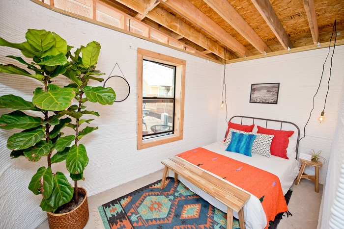 В этом доме есть маленькая уютная спальня.