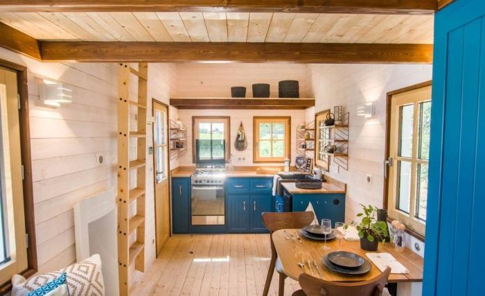 На втором уровне над кухней устроили дополнительное место для хранения (Solaris).   Фото: newatlas.com.