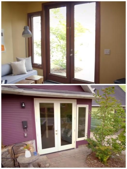 Большие окна и стеклянная дверь придают особого уюта и тепла новоиспеченному дому. | Фото: youtube.com.
