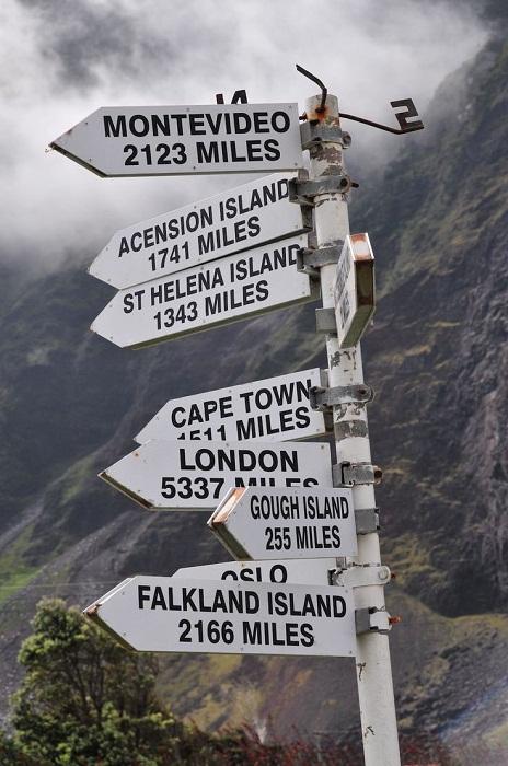 Указатель показывает расстояние до самых ближайших населенных пунктов (Остров Тристан-да-Кунья).