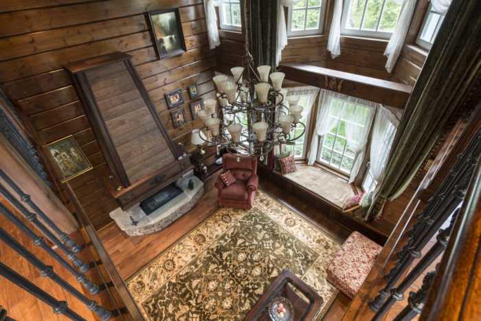 Эркер с уютным диванчиком для чтения оформлен в том же стиле, что и весь интерьер гостиной. | Фото: roomble.com.