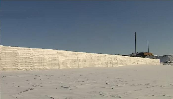 Огромный рукотворный айсберг призван защитить порт и населенный пункт от разрушительного ледохода (пос. Хатанга, Таймыр). © Наши Города.
