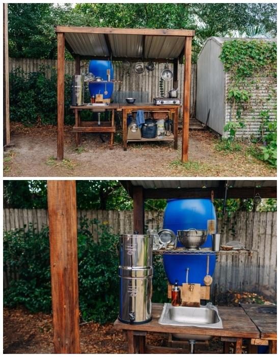 Кухня и все необходимое оборудование для приготовления пищи расположено под навесом во дворе («Teeny Greeny», США). | Фото: obgreenfield.tv.