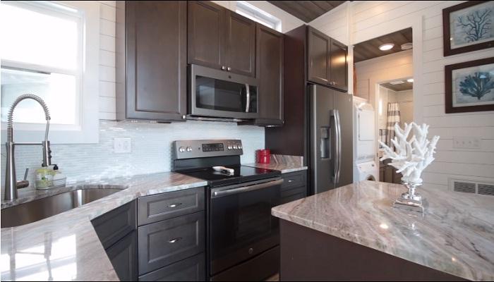 Комфортная кухня совмещена с гостиной.