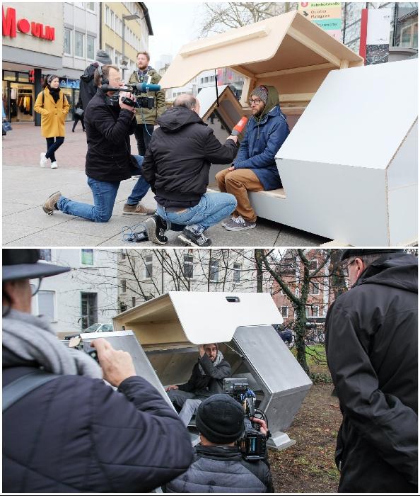 Авторы проекта демонстрируют свое детище на улице одного из немецких городов (Ulmer Nester, Германия).