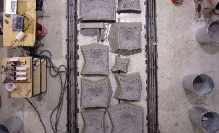 Все бетонные элементы дома были созданы из специального бетона в цеху, а на опушке эти сегменты смонтировали (Ashen Cabin, Итака). | Фото: archpaper.com.
