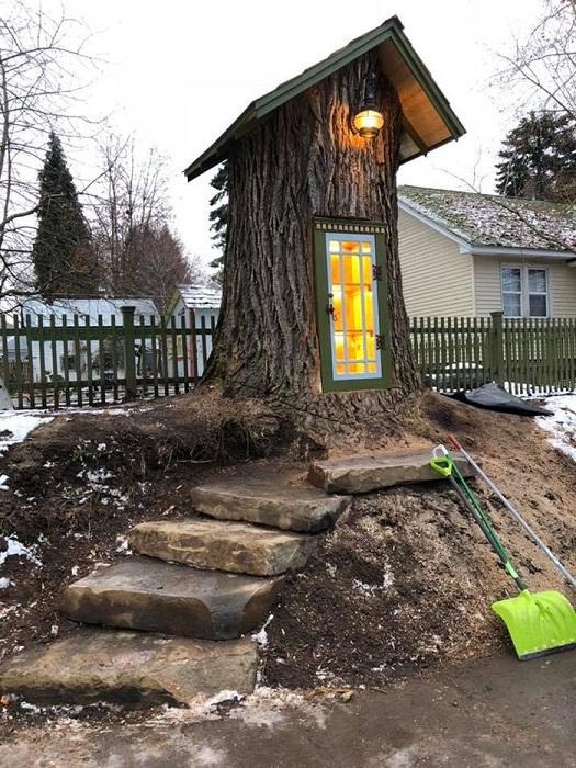 Каменные ступени ведут в сказочный домик, служащий бесплатной библиотекой (Little Free Library, Кер-д'Ален). | Фото: bykvu.com.