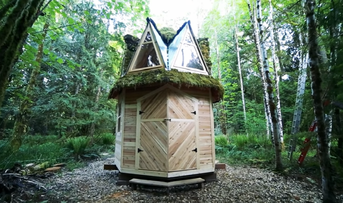 Креативный художник сейчас работает над восьмиугольным не менее сказочным домиком, названным «Корона Макса».   Фото: youtube.com/ © Living Big In A Tiny House.