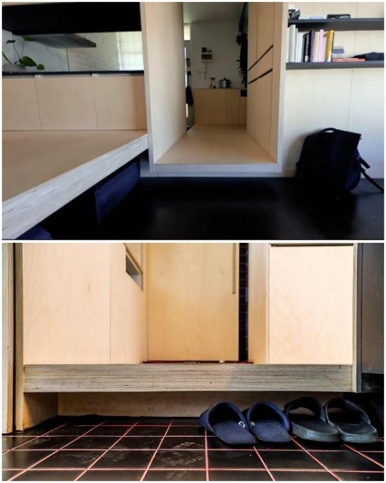 Образовавшееся пространство архитектор зонировал с помощью мебельного модуля и подиума. | Фото: youtube.com.