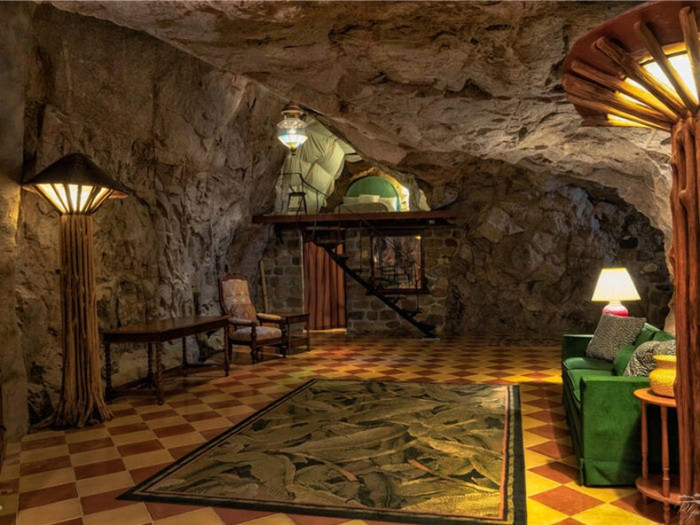 Большой холл расположен рядом с гостиной и ведет к спальне на нижнем уровне (Аризона, США). | Фото: lemurov.net.