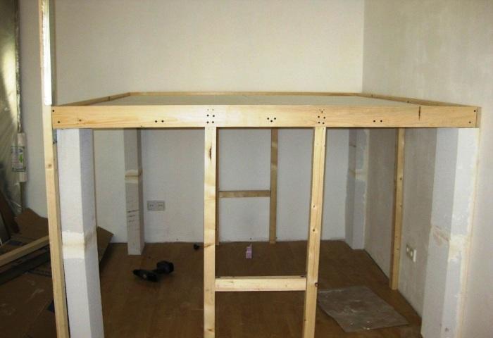 Такая получилась конструкция основания кровати. | Фото: sdelaisam.mirtesen.ru.