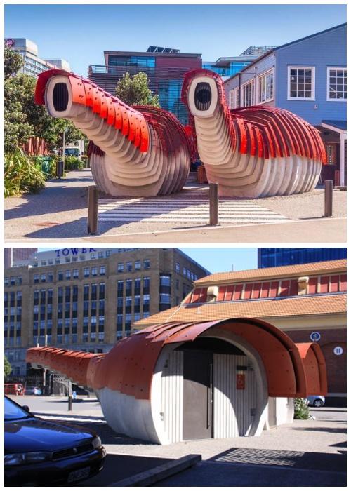 Чешуи на длинных шеях драконов служат естественной вентиляцией в туалете (Веллингтон, Новая Зеландия).