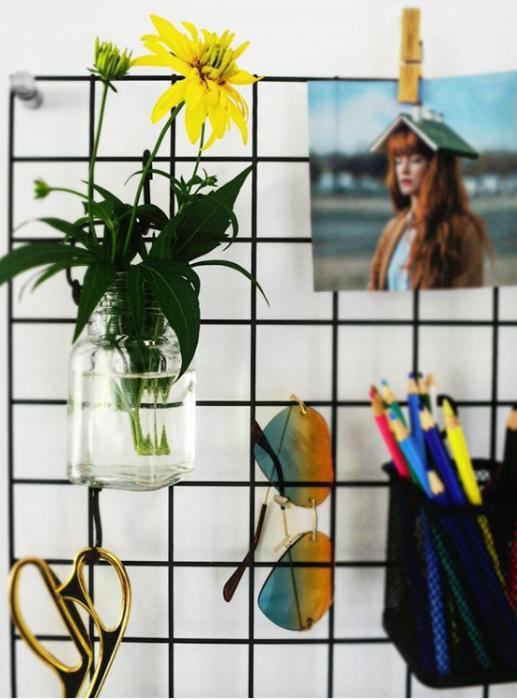 Самая обыкновенная решетка может стать и полезной помощницей и оригинальным элементом в дизайне интерьера. | Фото: instagram.com/ oksanamatyash.