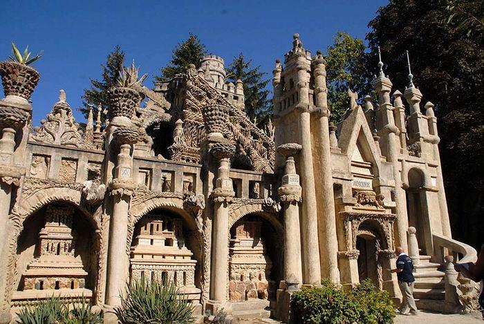 «Идеальный дворец» создан из камней, стальной проволоки и цемента.