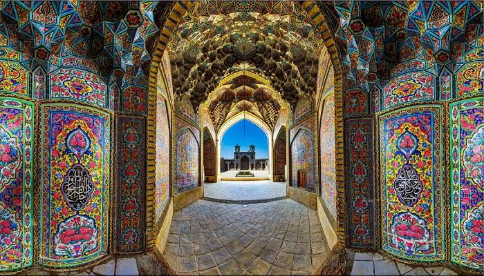 Вход в «радужную мечеть» Насир-аль-Мульк украшен мозаикой и стихами из Корана (Шираз, Иран). | Фото: arrow.holiday.