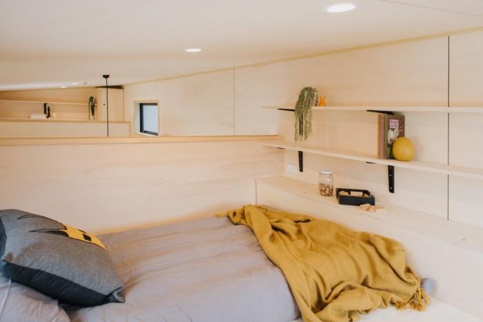 Спальня для одного человека расположена над гостиной («Home Haven»). | Фото: youtube.com/ © Gina Stevens.