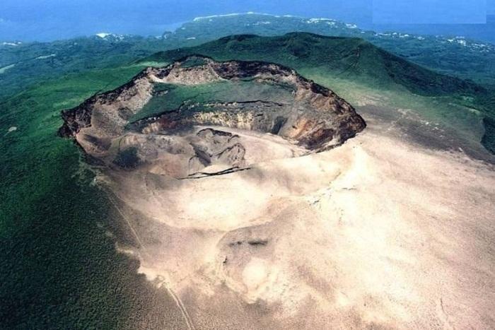 Остров Миякедзима с кратером вулкана Ояма.
