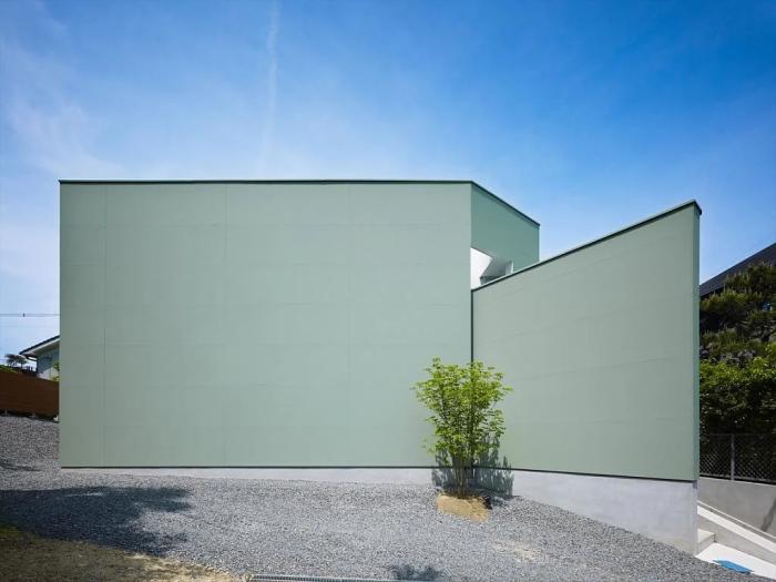 Яркий образец современной архитектуры – это, когда от внешнего мира отгораживаются глухой стеной.   Фото: pinterest.com.