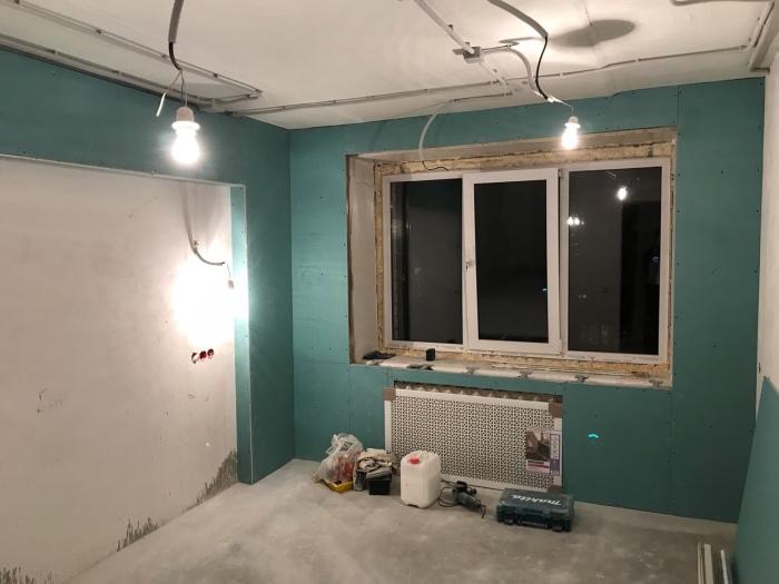 Для начала в спальне владелец сделал капитальный ремонт. | Фото: remont-belgorod.ru.