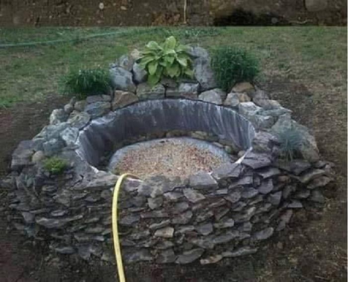 Можно заполнять пруд водой из простого поливочного шланга.