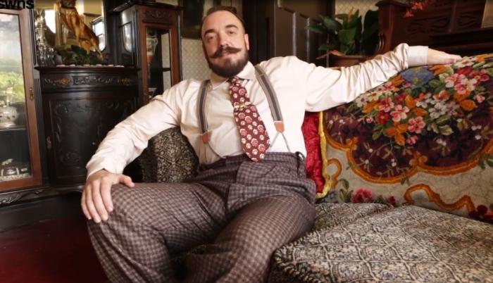 Аарон Уайтсайд теперь выглядит как английский джентльмен довоенного периода. | Фото: youtube.com.