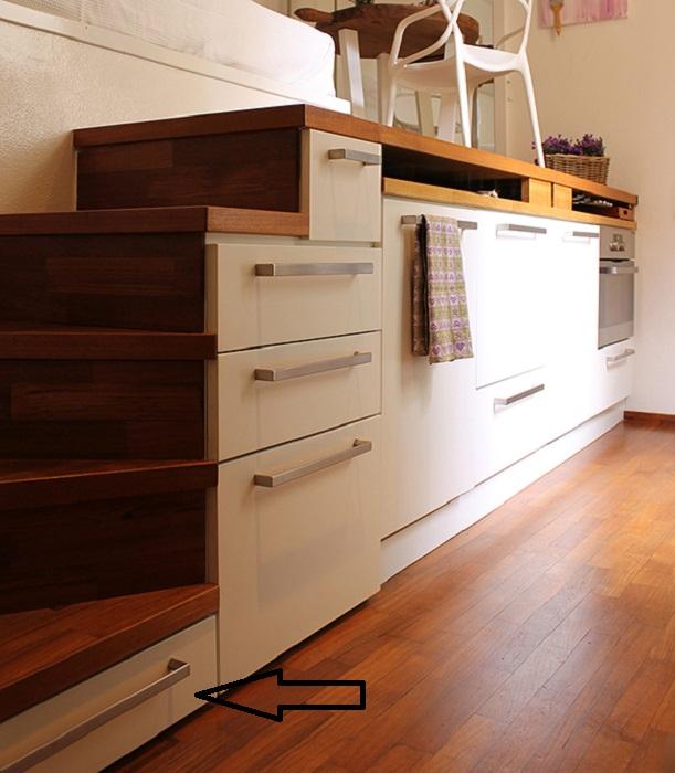 В такой крошечной квартире даже ступени лестницы служат выдвижными ящиками для хранения всего необходимого.