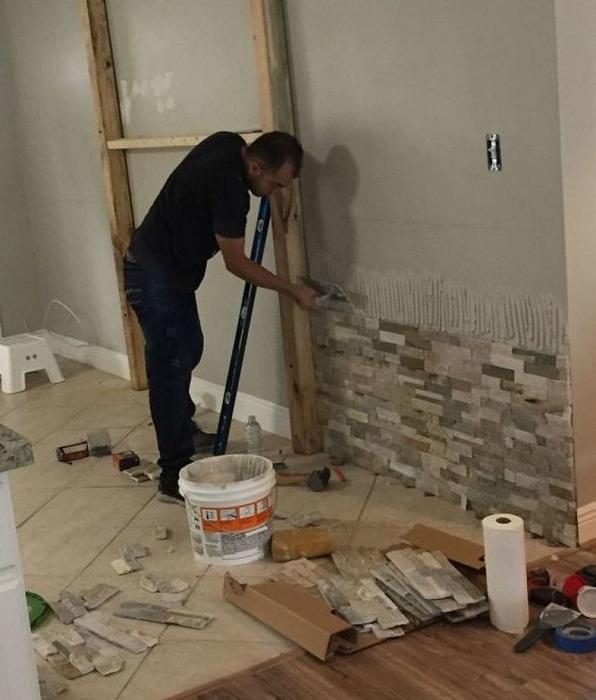 Облицовкой стены искусственным камнем занимался сам хозяин дома.