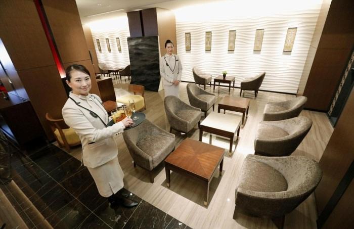 Путешествующих гостей всегда встречают с бокалами золотистого шампанского (Train Suite Shiki-shima). | Фото: travelbook.rs.