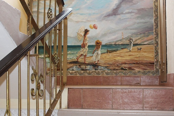 Морские завораживающие пейзажи украшают подъезд необычного дома.