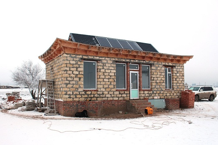 На крыше административного офиса разместили солнечные батареи (Этнографический туристический комплекс «Теегин гер», Калмыкия). | Фото: Руслан Мельников /РГ.