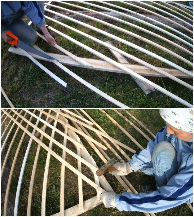 Планки нужно располагать по диагонали, а лишний материал срезать после закрепления на каркасе.