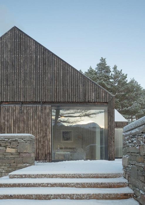 Несколько больших окон обеспечивают доступ солнечных лучей (Lochside House, Великобритания). | Фото: bustler.net.